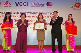 Đại diện SeABank tại lễ trao giải tối 27/10 tại Hà Nội.