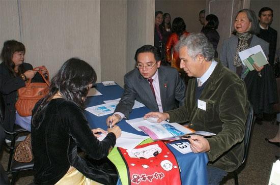 """Tiếp xúc giữa các doanh nghiệp tại """"Diễn đàn Doanh nghiệp Việt Nam - Chile"""", tổ chức tại Santiago, Chile, ngày 15/5/2009."""