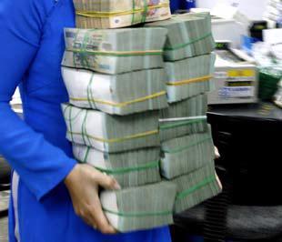 Theo ông Lê Đắc Sơn, với đầu ra là 21%/năm và đầu vào lớn hơn 21%/năm, nếu cứ tiếp tục huy động và cho vay ra như hiện nay các ngân hàng sẽ bị lỗ.