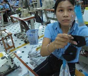 Như hầu hết các ngành xuất khẩu khác, dệt may năm nay sẽ gặp khó - Ảnh: Tuổi trẻ.