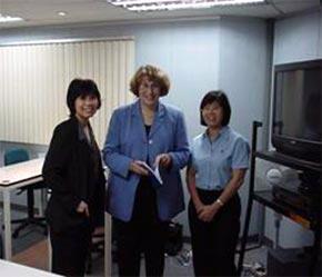 Bà Susan Schran (giữa) và sinh viên của IMPAC.