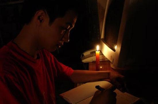 Cắt điện liên tiếp đã ảnh hưởng đến sinh hoạt của người dân.