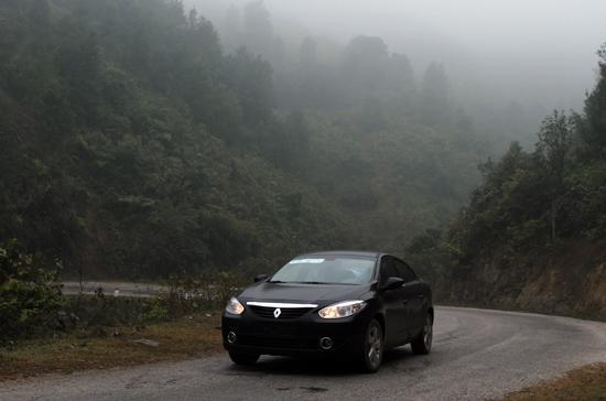 """Renault Fluence chỉ """"ngốn"""" trung bình 9 lít/100km bao gồm các địa hình khác nhau - Ảnh: Bobi."""