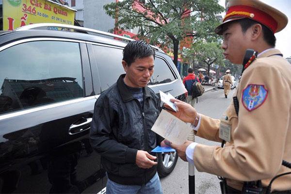 Người dân khi vay mua xe bị ngân hàng giữ bản gốc giấy tờ xe vẫn bị công an xử phạt.<br>