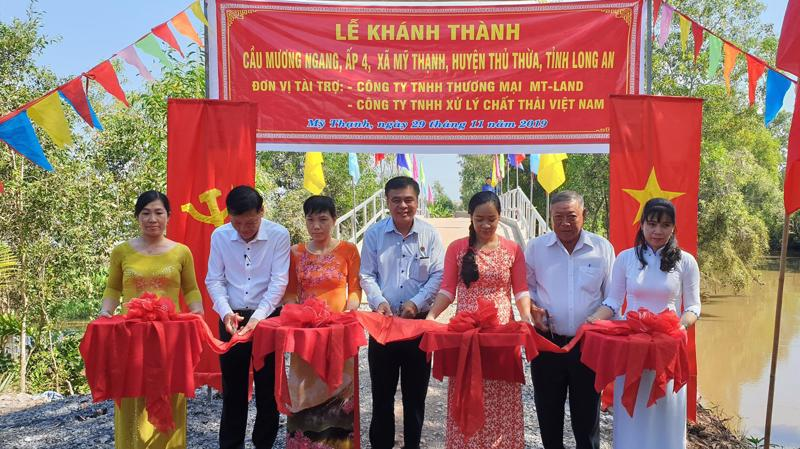 Đại diện nhà tài trợ và chính quyền địa phương cùng cắt băng khánh thành cầu Mương Ngang.