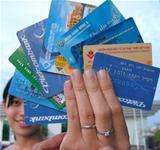 Thẻ ngân hàng nay đã trở thành công cụ thanh toán thông dụng.