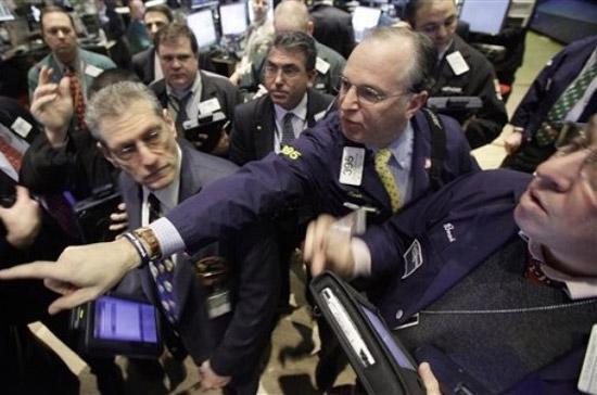 Trong tuần, chỉ số Dow Jones giảm 1,36%, chỉ số S&P 500 mất 0,36% và chỉ số Nasdaq tăng 0,98% - Ảnh: AP.