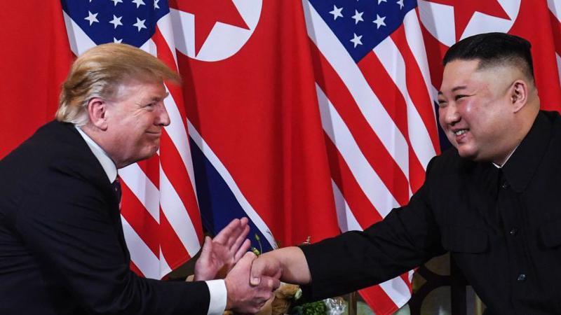 Tổng thống Mỹ Donald Trump (trái) bắt tay Chủ tịch Triều Tiên Kim Jong Un tại khách sạn Metropole, Hà Nội, mở màn cuộc gặp thượng đỉnh Mỹ-Triều lần thứ hai - Ảnh: Getty Images.