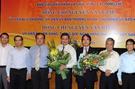 Tân Thống đốc Nguyễn Văn Bình (thứ ba từ phải sang) bên cạnh nguyên Thống đốc Nguyễn Văn Giàu (thứ tư từ trái sang) tại lễ bàn giao công việc điều hành Ngân hàng Nhà nước - Ảnh: SBV.