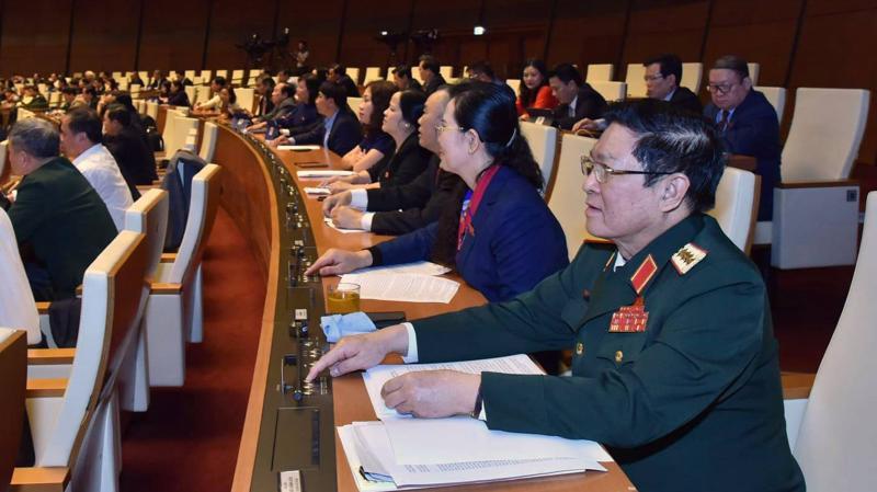 Các vị đại biểu bấm nút thông qua nghị quyết - Ảnh: Quang Phúc