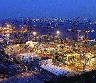 Hàng chờ xuất khẩu tại một cảng biển ở Tokyo. Xuất khẩu quý 2 của Nhật giảm 2,3% - Ảnh: Bloomberg.