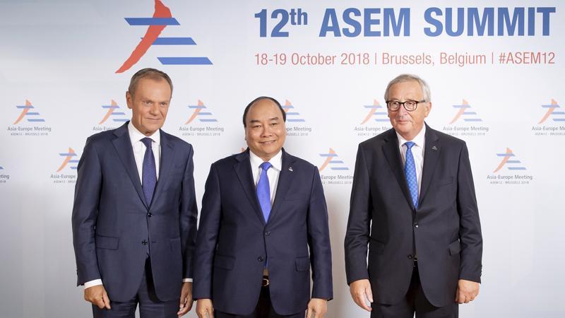 Chủ tịch Hội đồng châu Âu Donald Tusk và Chủ tịch Ủy ban châu Âu Jean-Claude Juncker đón Thủ tướng Nguyễn Xuân Phúc. Ảnh: VGP