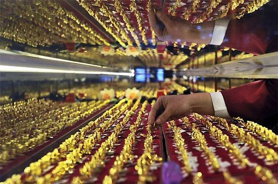 Giới đầu tư quốc tế hiện vẫn đang thận trọng với tình hình Hy Lạp và Thổ Nhĩ Kỳ nên tỷ giá Euro và giá vàng tạm thời chưa thể phục hồi mạnh - Ảnh: Reuters.