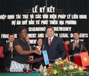 """Lễ ký kết Hiệp định tài trợ và các văn kiện pháp lý liên quan của Dự án """"Quỹ Đầu tư phát triển địa phương""""."""