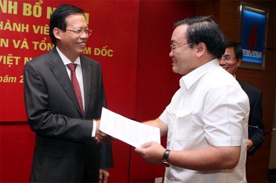 Phó thủ tướng Hoàng Trung Hải (bên phải) trao quyết định bổ nhiệm ông Phùng Đình Thực giữ chức Chủ tịch Hội đồng Thành viên Tập đoàn Dầu khí Việt Nam - Ảnh: Petro Vietnam.