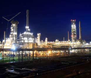 Nhà máy Lọc dầu Dung Quất là dự án lọc hóa dầu đầu tiên của Việt Nam. Sau 6 tháng chạy thử, đến thời điểm này, 14 phân xưởng công nghệ và phụ trợ của nhà máy đều đã vận hành ổn định, đạt 85% công suất - Ảnh: VL