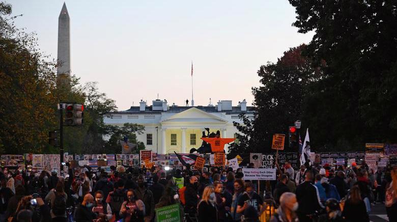 Quang cảnh bên ngoài Nhà Trắng và chiều tối ngày bầu cử 3/11 - Ảnh: Reuters.