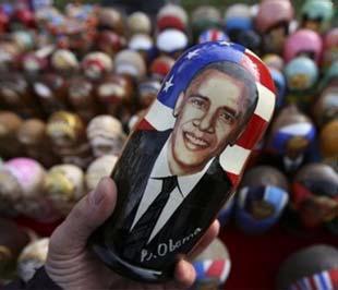 Một con búp bê gỗ in hình Tổng thống Mỹ mới đắc cử Barack Obama, được bán nhân dịp lễ Giáng sinh tại một hội chợ tổ chức ở thủ đô Sofia, Bulgary - Ảnh: AP.