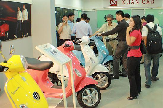 Khách hàng mua xe tại showroom của công ty Xuân Cầu.