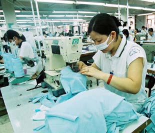 Phần lớn lao động nữ sau khi nghỉ thai sản không có chỗ gửi con để đi làm - Ảnh: Việt Tuấn.