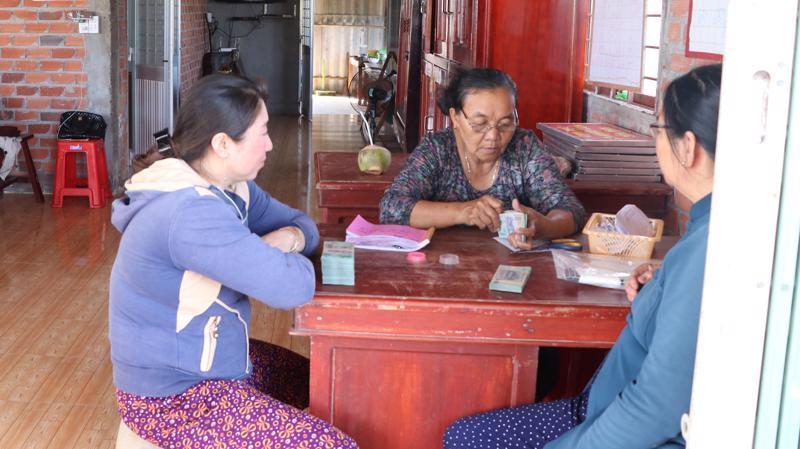 Xã viên Hợp tác xã thuỷ sản Thạnh Lợi nhận tiền bán nghêu tại trụ sở Hợp tác xã - Ảnh: Hồng Hạnh