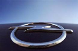 Logo Opel trên một mẫu xe mang thương hiệu này. GM muốn giữ lại Opel và Vauxhall để duy trì chỗ đứng tại châu Âu - Ảnh: AP.