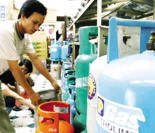 Giá gas Saigon Petro và PetroVietnam cùng giảm 10.000 đồng/bình 12 kg. Theo đó, bình gas loại 12 kg của các hãng trên có giá bán mới khoảng 205.000 đồng/bình.