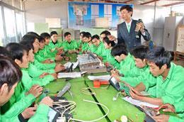Đào tạo nghề cho người có nhu cầu đi làm việc ở nước ngoài.