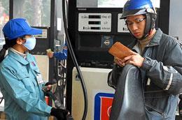 Thương nhân làm đại lý xăng dầu chỉ được ký hợp đồng làm đại lý bán lẻ cho một thương nhân đầu mối hoặc một thương nhân là tổng đại lý.