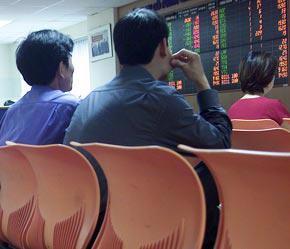 Thị trường lập tức điều chỉnh khi VN-Index vượt qua ngưỡng điểm nhạy cảm 1.000 điểm - Ảnh: Việt Tuấn.