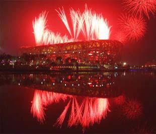 Trung Quốc vừa tổ chức một lễ khai mạc Olympic đầy ấn tượng. Trong ảnh là cảnh bắn pháo hoa rực rỡ tại Sân vận động Quốc gia Bắc Kinh trong lễ khai mạc.