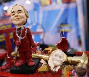 """Sản phẩm được bán kèm với một… cây búa để khách hàng có thể dùng để """"xử lý"""" Madoff - Ảnh: Reuters."""