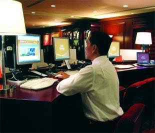 Khách hàng đang sử dụng dịch vụ Link@Sheraton tại Khách sạn Saigon Sheraton.