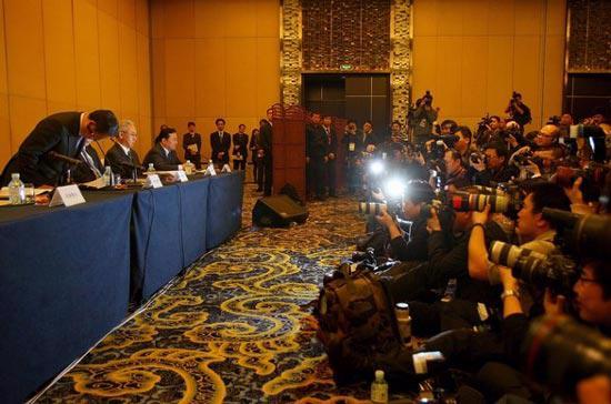 Chủ tịch Toyota, ông Akio Toyoda, cúi đầu bày tỏ lời xin lỗi tới người tiêu dùng Trung Quốc, tại cuộc họp báo được tổ chức trong chuyến thăm Trung Quốc hồi đầu tuần này - Ảnh: Reuters.