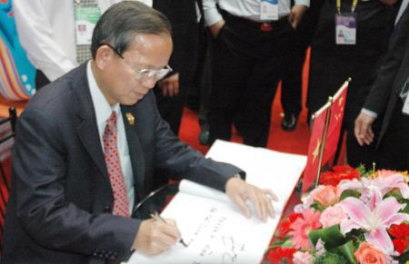 Phó thủ tướng Trương Vĩnh Trọng thăm gian hàng của công ty Biti's tại CAEXPO 2010 - Ảnh: Vinh Nguyễn.