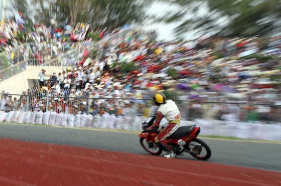Không khí phấn khích từ hơn 4 vạn khán giả là nguồn động lực lớn cho các tay đua - Ảnh: Bobi.