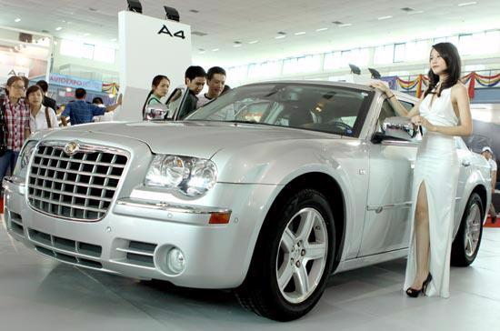 Các người mẫu luôn là một phần không thể thiếu tại các kỳ triển lãm ôtô, xe máy - Ảnh: Bobi.