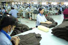 Đóng góp kim ngạch xuất khẩu không nhỏ cho đất nước, nhưng ngành dệt may vẫn phải nhập khẩu lượng nguyên liệu khá lớn.