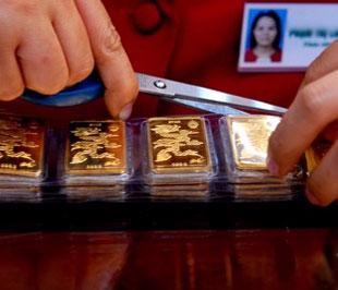 Nguồn cung vàng trong nước được giới kinh doanh cho biết là đang trở nên eo hẹp, dù giá vàng bán ra trong nước đang rẻ hơn giá vàng thế giới quy đổi khoảng 350.000 đồng/lượng.