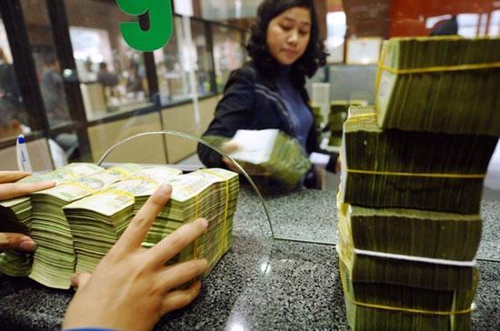 """Một số thông tin phản ánh gần đây cho biết, """"lãi suất thỏa thuận"""" giữa người gửi tiền với ngân hàng đã giảm, kể cả với những khoản tiền gửi lớn. Mặt bằng lãi suất cho vay VND cũng đã giảm nhẹ từ 0,3% - 0,5%/năm - Ảnh: Getty."""