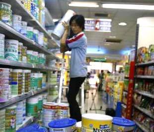 Thu hồi sản phẩm sữa bị nghi nhiễm melamine - Ảnh: Reuters.