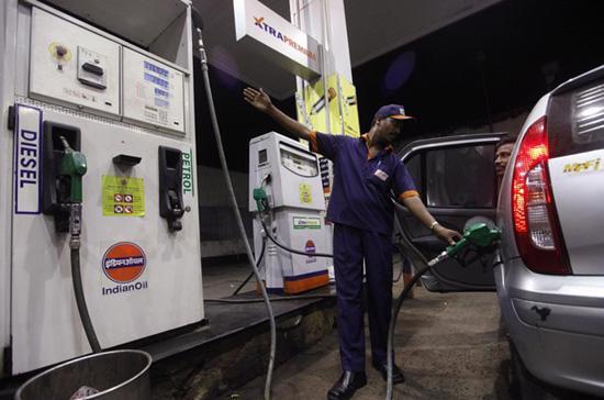 Thị trường xăng, dầu biến động dữ dội trong phiên giao dịch đêm qua.