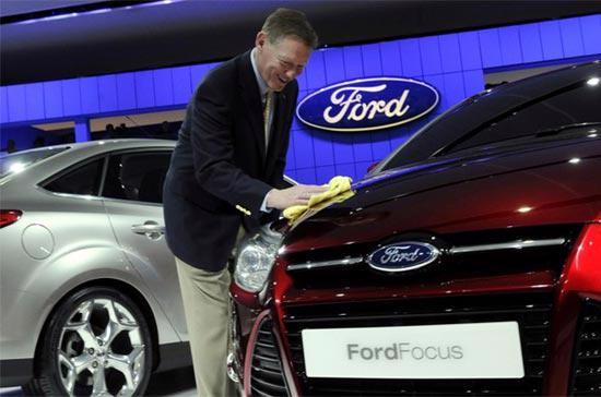 Chủ tịch kiêm Giám đốc điều hành của Ford, ông Alan Mulally, lau bóng cho mẫu xe Ford Focus mới tại một triển lãm ôtô quốc tế ở Detroit, Mỹ, ngày 12/1/2010 - Ảnh: Reuters.