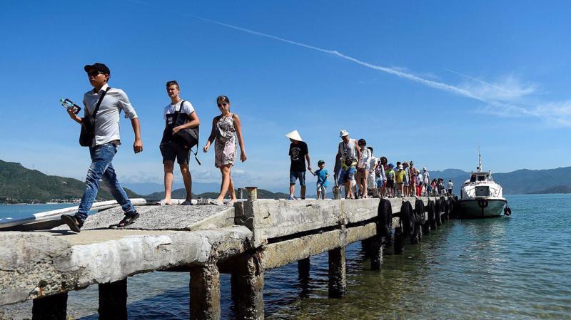 Du khách nước ngoài tại Đảo Khỉ, Nha Trang - Ảnh: AFP.