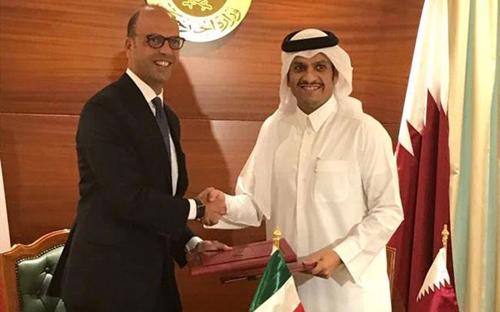 Bộ trưởng Ngoại giao Qatar, Sheikh Mohammed bin Abdulrahman al-Thani và người đồng cấp của Italy Angelino Alfano trong buổi công bố hợp đồng mua tàu chiến ngày 2/8 - Ảnh: AP.<br>