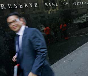 """Ngân hàng Dự trữ Australia (RBA), tức ngân hàng trung ương nước này, hôm nay đã cắt giảm lãi suất cơ bản 1%, từ mức 7% xuống còn 6%, nhằm tạo một """"tấm đệm"""" cho nền kinh tế trong tình hình tín dụng căng thẳng."""