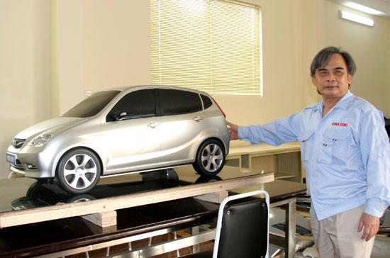 Kỹ sư Bùi Ngọc Huyên giới thiệu về mẫu xe du lịch thương hiệu Việt chuẩn bị được Vinaxuki tung ra thị trường vào cuối năm 2010.