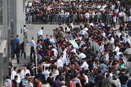 Dân công nghệ Trung Quốc xếp hàng kín đặc bên ngoài đại lý Apple ở thủ đô Bắc Kinh hôm 6/5 - Ảnh: Getty.