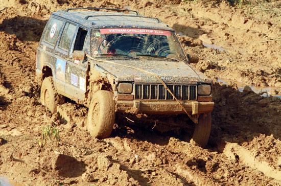 Đường đua bùn lầy là thử thách lớn cho từng tay đua - Ảnh: Quang Thái.
