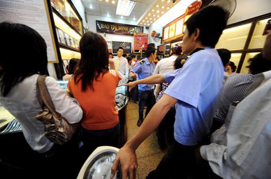 """Lạm phát tỷ lệ nghịch với niềm tin đối với VND. Khó có thể trách dòng người xếp hàng chờ ticket mua vàng, hay đang âm thầm gom """"đô"""" trên thị trường tự do được."""